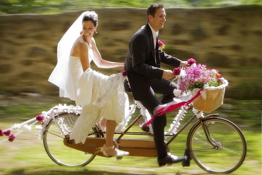 Brautpaar auf Tandem
